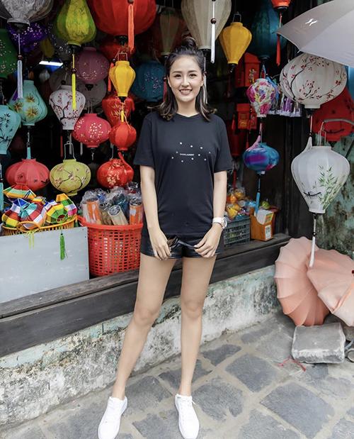 Một thời gian dài, Mai Phương Thuý thường chuộng các mẫu áo thun basic, màu tối để dễ che dáng đầy đặn.