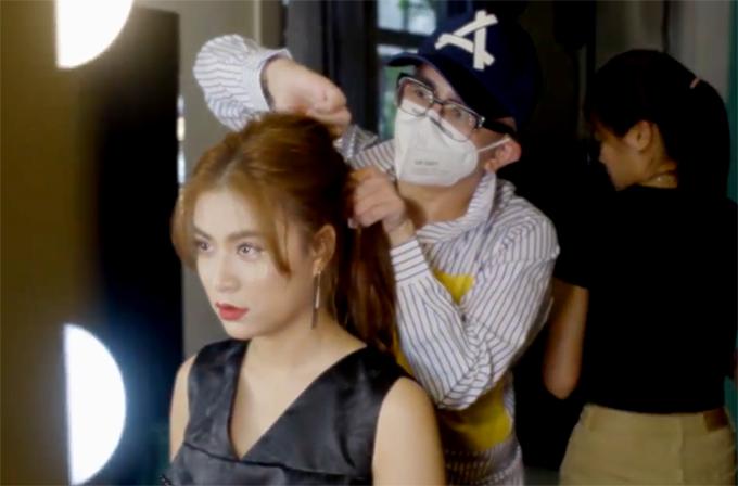 Hoàng Thùy Linh vẫn chăm chỉ làm việc khi Covid-19 bùng phát trở lại. Chuyên gia trang điểm, làm tóc cho người đẹp được yêu cầu đeo khẩu trang để bảo đảm an toàn, tránh lây nhiễm dịch bệnh.