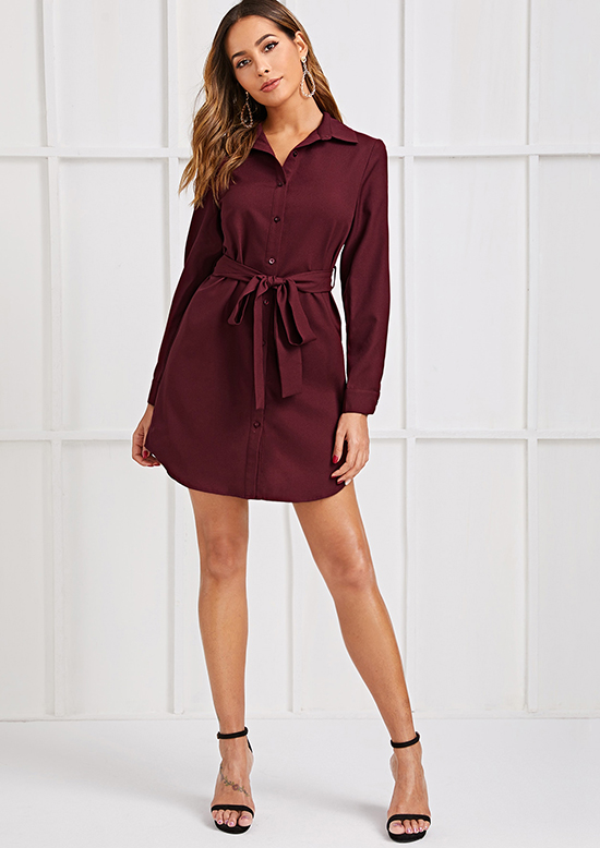 Váy sơ mi ngắn trên gối vẫn có thể theo nàng tới văn phòng nếu chất liệu đảm bảo độ dày, đanh, tạo cảm giác lịch sự.