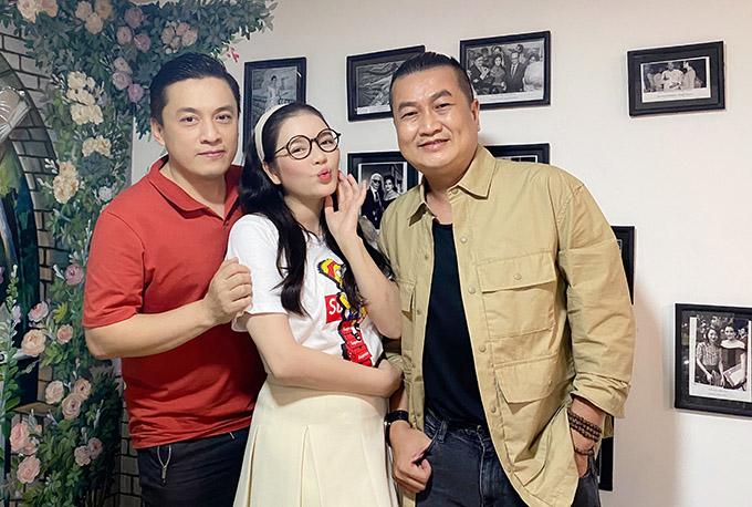 Ca sĩ Lam Trường (áo đỏ) và nhạc sĩ Minh Nhiên hào hứng đến thăm nhà riêng của Lý Nhã Kỳ và dự tiệc cùng Nguyễn Hưng.