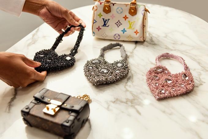 Bộ sưu tập túi mini của các thương hiệu như Louis Vuitton mà Azeeza Khan đã tặng con gái. Ảnh: SCMP.