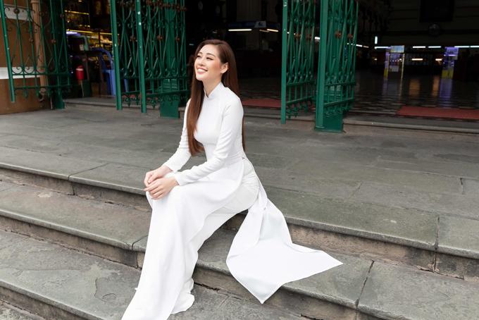Áo dài trắng, phom dáng đơn giản gần với dáng áo dài nữ sinh là trang phục được Khánh Vân và nhiều hoa hậu Việt yêu thích. Họ sử dụng trang phục truyền thống trong các dịp tham gia thiện nguyện và quảng bá nét đẹp Việt qua các bộ ảnh, video.