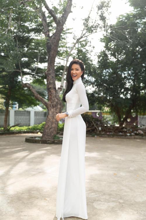 Mỹ nhân của núi rừng Đăk Lăk luôn gây ấn tượng bởi phong cách sexy, khoẻ khoắn và tràn đầy năng lượng. Nhưng khi diện áo dài trắng, HHen Niê vẫn toát lên nét trang nhã và dịu dàng không thua kém bất kỳ hoa hậu nào.
