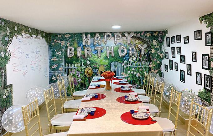 Cô xếp bàn tiệc dài với thực đơn là các món kiểu Nhật đãi sinh nhật Nguyễn Hưng.