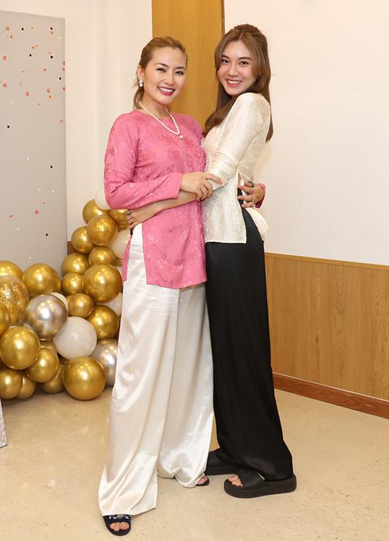 [Caption]Diễn viên Tăng Huỳnh Như coi Ngọc Lan như chị gái của mình. Cô luôn ở đằng sau lắng nghe mọi buồn vui của đàn chị