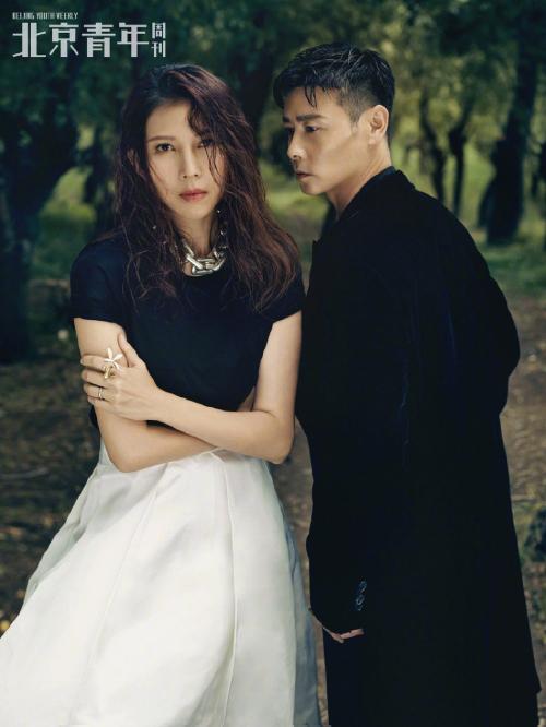 Bộ ảnh của đôi vợ chồng Thái Thiếu Phân - Trương Tấn được thực hiện tại một khu đầm cạn ở Hong Kong, không gian đẹp hữu tình. Bộ ảnh tone màu retro, cặp sao trông như hai diễn viên trong những thước phim tình cảm lãng mạn.