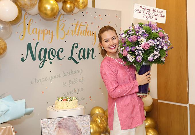 [Caption] Diễn viên Thu Trang- Tiến Luật vì bận đi quay nên gửi hoa cho Ngọc Lan. Họ cũng là những người anh, người chị mà Ngọc Lan trân quý suốt những năm làm nghề của mình