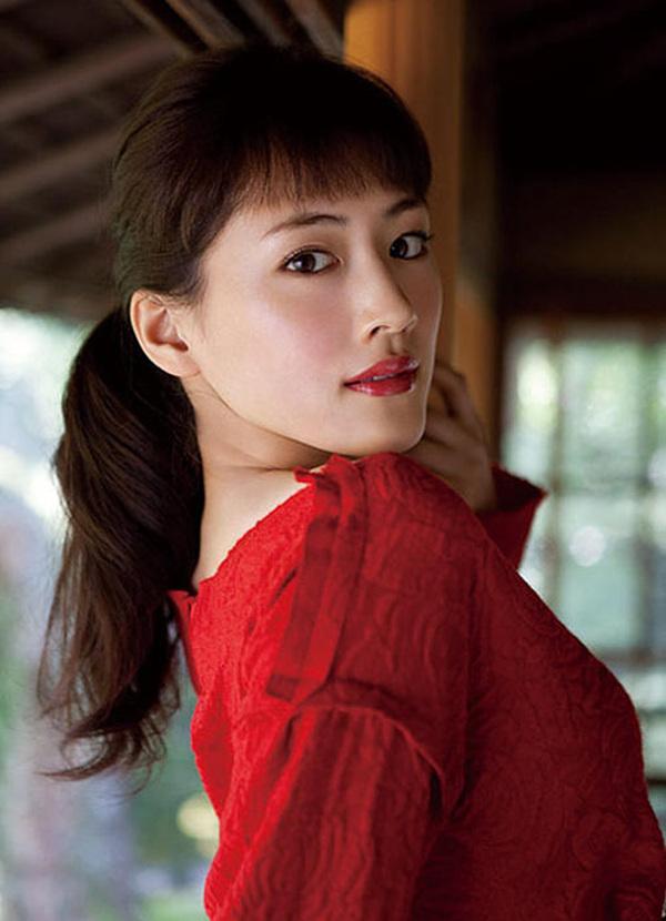 Ayase Haruka sinh năm 1985.