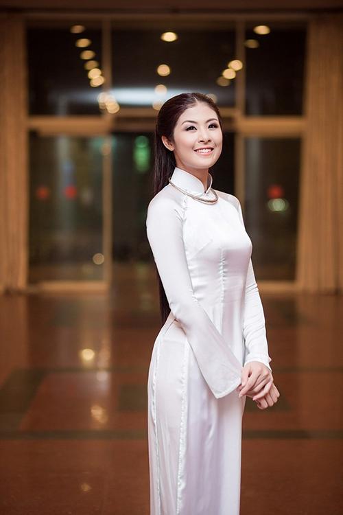 Áo dài trắng là trang phục thường được hoa hậu Ngọc Hân sử dụng khi tham gia sự kiện. Khi diện các mẫu áo truyền thống, cô thường chọn lối làm tóc và trang điểm theo phong cách gái Hà thành đúng mực để thêm thu hút.