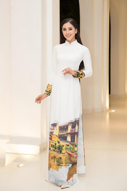 Bên cạnh mẫu áo trắng nguyên sơ, Tiểu Vy và sao Việt còn sử dụng các mẫu áo dài trang trí phong cảnh để quảng bá vẻ đẹp của quê hương, đất nước thông qua trang phục truyền thống.