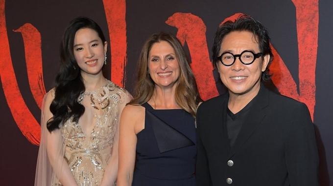 Diễn viên Lưu Diệc Phi, đạo diễn Niki Caro và ngôi sao võ thuật Lý Liên Kiệt (từ trái qua) tại họp báo phim Mulan hồi tháng 3.