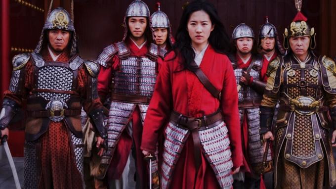Mulan được hãng Disney đầu tư 200 triệu USD. Đạo diễn Niki Caro cho hay phim tốn kém vào phục trang, màu phim, phong cảnh thật và dàn diễn viên ngôi sao gồm Lưu Diệc Phi, Chân Tử Đan, Củng Lợi, Lý Liên Kiệt...