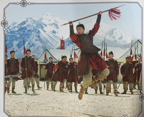Sau vài lần hủy chiếu vì Covid-19, Mulan của Lưu Diệc Phi chiếu trực tuyến từ 4/9. Khán giả Mỹ bày tỏ bức xúc khi phải bỏ 29,99 USD để xem phim dù các hiệu ứng 3D không được bảo đảm như ngoài rạp. Truyền thông và khán giả Trung Quốc cũng tiếc cho cơ hội lần đầu đóng chính tại Hollywood của Lưu Diệc Phi không được tiếp cận công chúng một cách trọn vẹn.