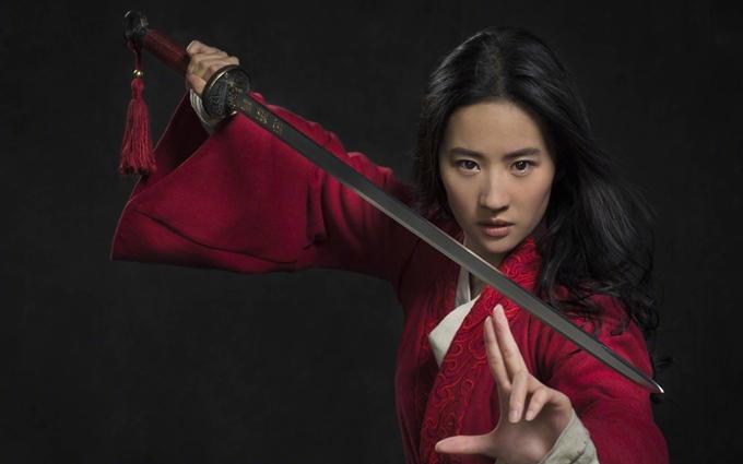 Niki Caro - đạo diễn của bom tấn Mulan (Hoa Mộc Lan) khen Lưu Diệc Phi là một diễn viên thông minh, một nghệ sĩ võ thuật hoàn hảo và không ai hợp vai Hoa Mộc Lan hơn cô.