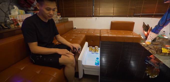Ngay dưới mô hình là bộ sofa tiếp khách cùng bàn trà hiện đại. Dưới bàn là ngăn kéo tủ lạnh mini để gia chủ trữ đồ ăn, thức uống.