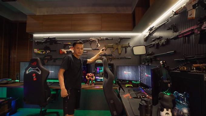 Góc làm việc là nơi mà Độ gắn bó nhiều nhất trong căn nhà. Anh bày mô hình súng trên tường, bên dưới là các dàn máy tính hàng khủng. Để giúp không gian gọn gàng, anh đi dây điện, dây cáp ngầm bên dưới mặt bàn.