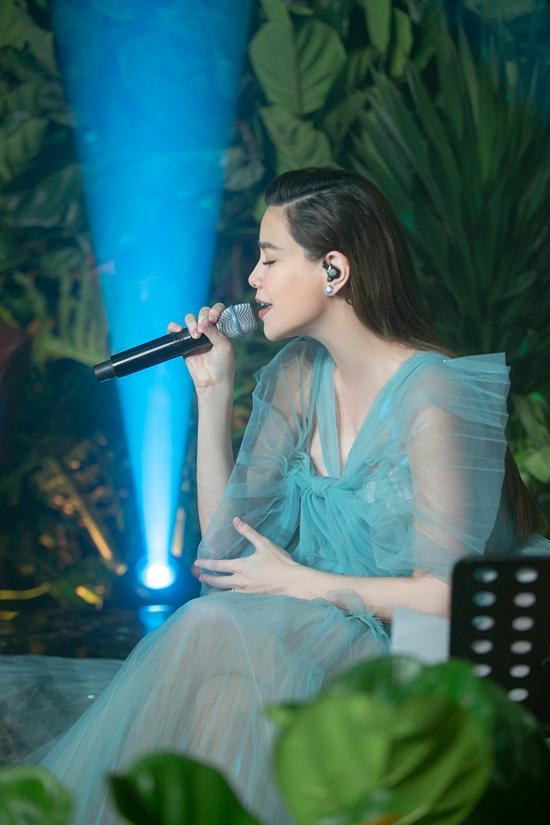 Đúng như tinh thần album tập trung vào âm nhạc, Hồ Ngọc Hà chỉ ngồi và hát nhưng kéo khán giả chìm đắm theo từng cảm xúc, ca từ của ca khúc.