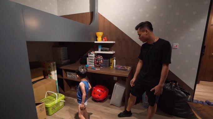 Bên cạnh phòng ngủ ba mẹ là phòng riêng của con trai Tùng Sói.
