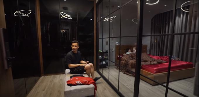 Tầng 3 gồm có phòng thay đồ của gia đình được ngăn với phòng ngủ bằng vách kính.