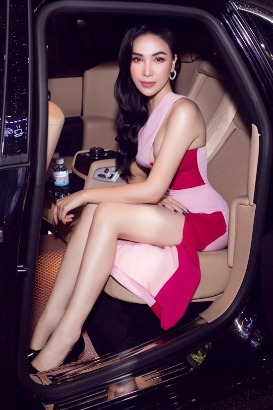 Quỳnh Thư ngồi xe sang đi nghe nhạc.