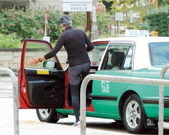 Nam diễn viên bắt taxi tới nơi leo núi.