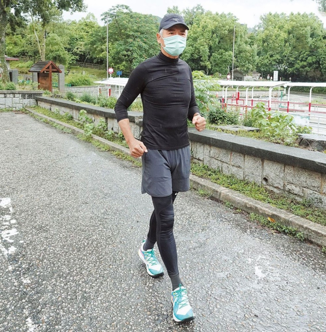 Châu Nhuận Phát bị cánh paparazzi bắt gặp khi đi chạy hôm 19/8. Đây là môn thể thao ưa thích của tài tử ở tuổi ngoại lục tuần, nhằm duy trì sức khỏe. Châu Nhuận Phát cho biết anh ngày nào cũng leo núi, chạy bộ với bạn bè và huấn luyện viên để duy trì thể lực. Vì thế, ở tuổi 65, tóc đã bạc phơ nhưng cơ thể anh vẫn rất săn chắc.