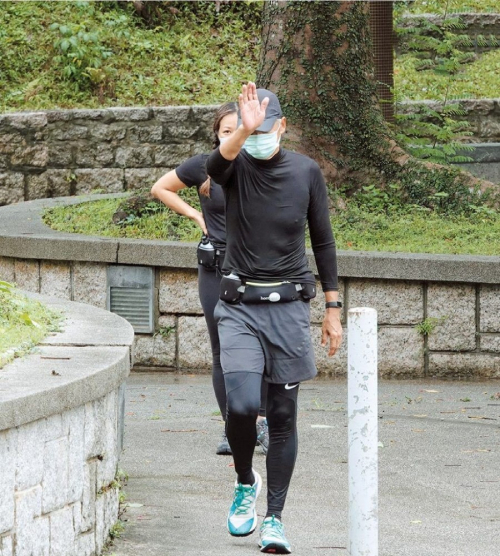 Châu Nhuận Phát đeo khẩu trang trong suốt quá trình chạy. Anh chạy chặng khoảng 10 km đường núi, tuy nhiên không thở hổn hển mà rất khỏe khoắn, thoải mái. Điều đó cho thấy thể lực anh rất tốt.