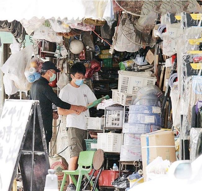 Tài tử đến một cửa hàng kim khí để mua vòi nước tự lắp trong nhà. Là một tỷ phú của giới giải trí Hong Kong với khối tài sản vài trăm triệu USD nhưng ngôi sao Hoa ngữ vô cùng tiết kiệm: ăn mặc giản dị, thường xuyên sử dụng đồ bình dân. Cả tháng anh chỉ tiêu đến 100 USD.