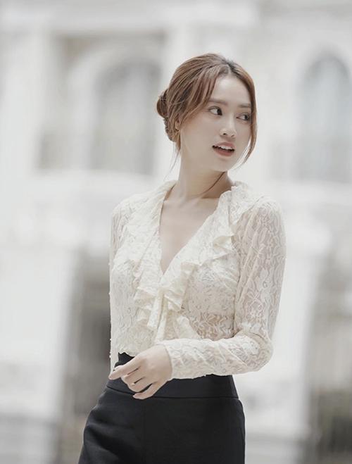 Bên cạnh các mẫu áo crop-top khoe trọn vòng eo thon gọn, áo blouse đậm chất bánh bèo cũng được Lan Ngọc lựa chọn để phối đồ streets style.