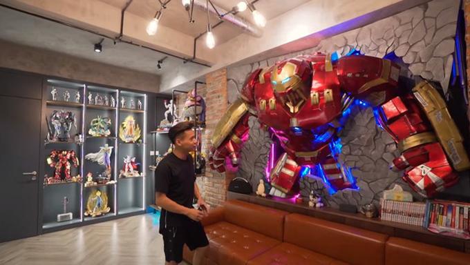Tầng 2 là phòng làm việc của Độ Mixi, nơi anh yêu thích nhất. Đây là căn phòng đắt giá nhất trong căn nhà, ước tính giá trị hàng trăm triệu đồng vì các bộ mô hình tinh xảo, đắt đỏ cùng dàn máy tính đắt tiền. Trong ảnh là mô hình cỡ lớn của một nhân vật trong truyện tranh Marvel mà Độ Mixi yêu thích. Mô hình được gắn cảm ứng ánh sáng.