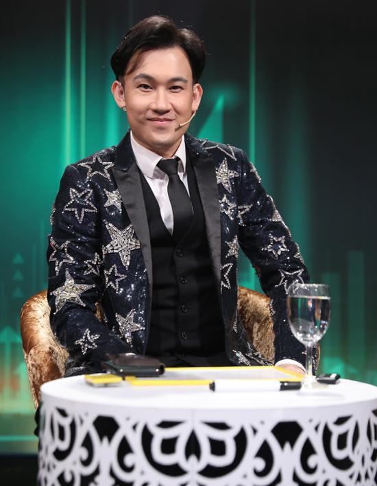 Dương Triệu Vũ mặc lịch lãm ngồi ghế ban bình luận. Anh đã có kinh nghiệm tham gia nhiều gameshow ca nhạc nên rất tự tin.