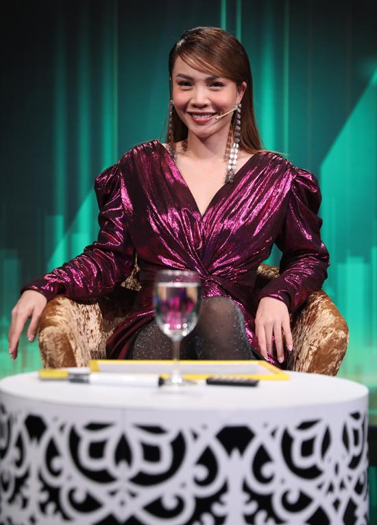 Yến Trang cũng là thành viên ban bình luận.