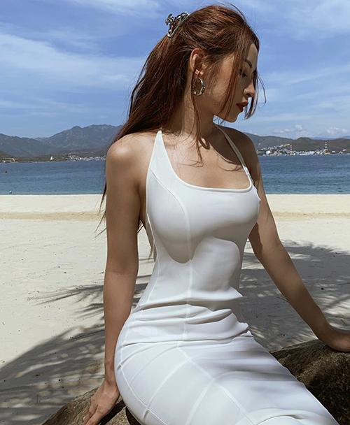 Đầm ôm khít eo của Chi Pu dành riêng cho các cô nàng mê gym và luôn có chế độ ăn uống khắt khe để giữ đường nét hình thể chuẩn từng cm.