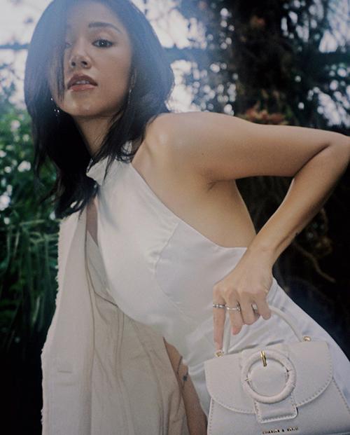 Đầm cổ yếm, khoe trọn lưng trần của Salim có thể phối cùng các mẫu blazer tiệp sắc màu.