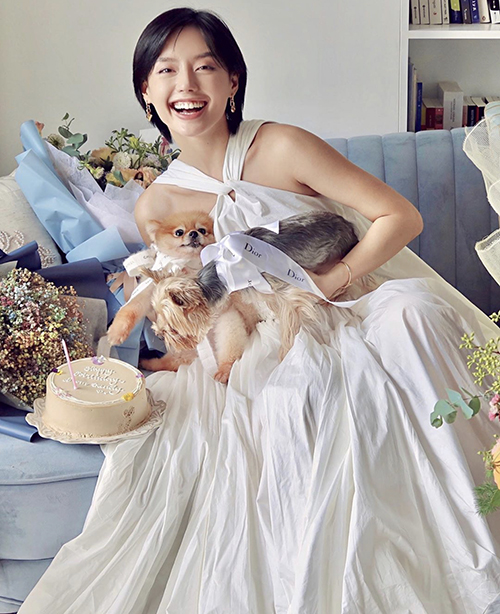 Váy trắng kem bố trí dây đan và phần thân rộng như Khánh Linh dễ sử dụng khi đi cafe cùng bạn bè hay nghỉ dưỡng.