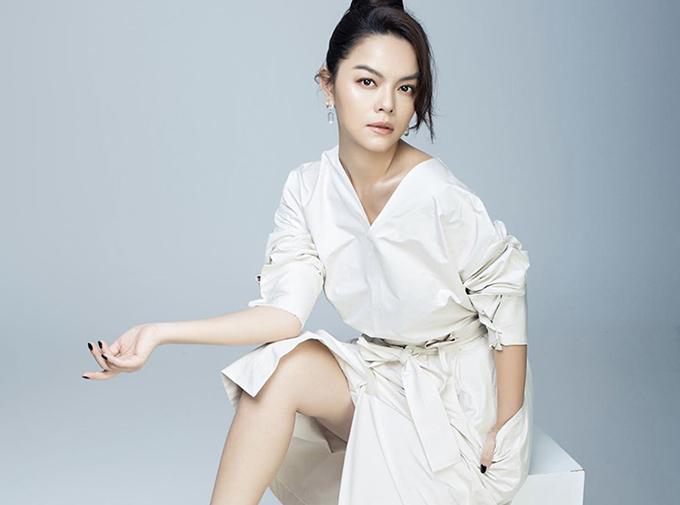 Đầm thắt eo, xẻ chân váy vừa phải của Phạm Quỳnh Anh phù hợp với các nàng hiện đại, thích thể hiện vẻ đẹp nữ tính đan xen nét cá tính.