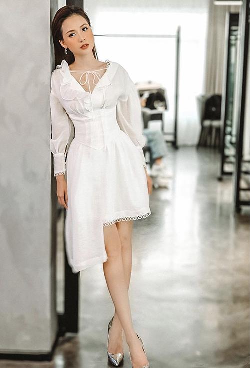 Đầm trắng của diễn viên Sam là trang phục dễ sử dụng để tham gia các buổi tiệc nhẹ. Thiết kế bèo nhún, siết eo và vạt bất đối xứng được phối hợp nhịp nhàng mang đến phom dáng bắt mắt.