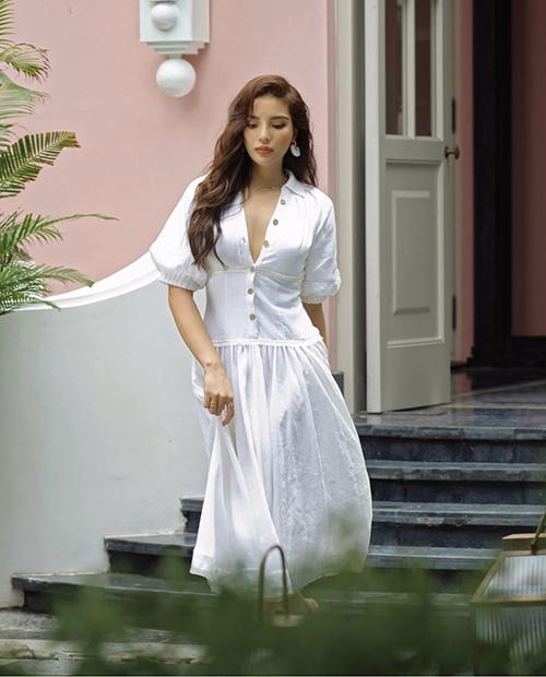 Phong cách nhẹ nhàng cho ngày giao mùa với thiết kế đầm cài nút theo phong cách cổ điển. Mẫu váy của Kỳ Duyên có thể sử dụng ở nhiều bối cảnh khác nhau, từ dạo phố cho đến công sở đều hài hoà.