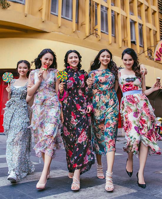 Trang Nhung (ngoài cùng bên phải) diện váy hoa đi chơi cùng các cháu. Năm 2005 nữ diễn viên từng thi Hoa hậu Phụ nữ Việt Nam qua ảnh và đoạt ngôi Á hậu. Hoạt động hơn 15 năm trong làng giải trí, Trang Nhung có nhiều kinh nghiệm quý báu chia sẻ cho các cháu đang muốn nối nghiệp mình.