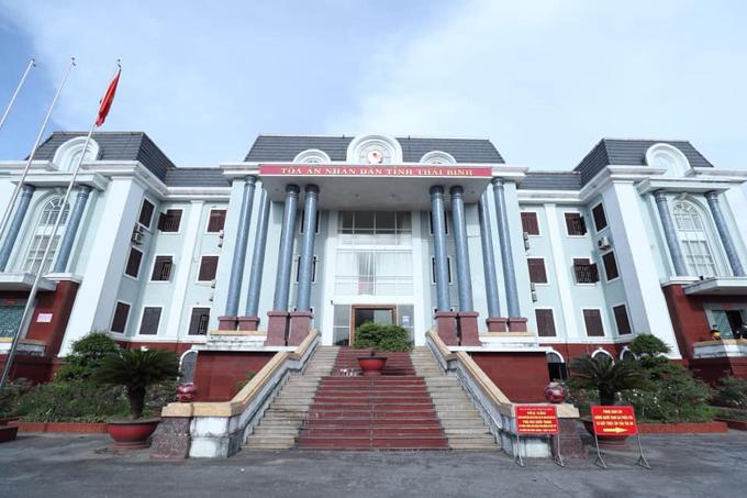 Tòa án Nhân dân tỉnh Thái Bình, nơi diễn ra phiên xét xử vụ án vợ chồng Đường nhuệ và đàn em đánh người gây thương tích sáng 25/8. Ảnh: Phạm Chiểu.