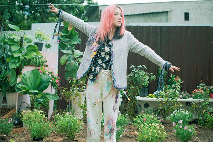 Nữ ca sĩ tìm mua trang phục bình dân ở nhiều nơi khác nhau rồi cùng một cô bạn thân chắp vá, vẽ vời hoặc bôi sơn để trông như đồ cũ, nhặt về từ bãi rác.
