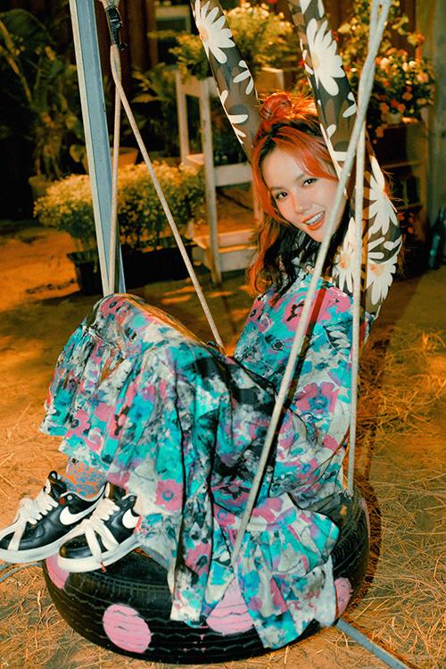 Phương Ly cho biết, cô lấy cảm hứng từ chính bản thân khi thực hiện những bộ trang phục này. Ở ngoài đời, cô cũng có lúc mặc hơi lôi thôi nhưng trông lại rất nghệ thuật vì chắp vá nhiều màu sắc khác nhau.