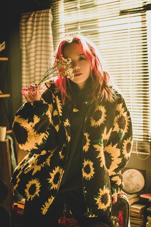 Trong MV Missing you, Phương Ly hóa thân thành cô gái vô gia cư, khoác lên mình những bộ đồ nhặt ở bãi rác nhưng vẫn vui vẻ, yêu đời vì nghĩ đến người yêu. Ca khúc nói lên những cảm xúc ngọt ngào dành cho bạn trai qua từng câu hát.