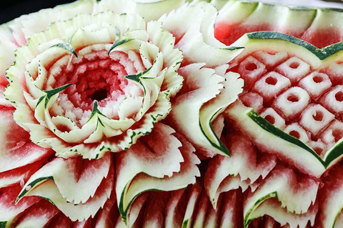 Nghệ thuật tỉa dưa hấu không xa lạ ở Trung Quốc. Vào ngày lễ 7/7 âm lịch, trên bàn cúng không thể thiếu được món ăn đẹp mắt này với hình chim uyên ương, bông hoa... Người ta tin rằng ăn những trái dưa này sẽ mang lại cho bạn sự thông minh, khéo léo, giúp bạn cầu may mắn trong chuyện tình cảm.