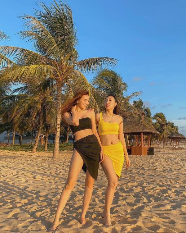 Diễn viên Gái già lắm chiêu diện đồ đôi cùng chị, khoe dáng trên bãi biển. Sáng sớm hoặc chiều, sau khi tắm biển thỏa thích, bạn đi dạo dọc bờ biển để tận hưởng không khí thanh bình, đậm mùi biển.