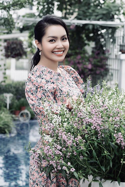 Nguyễn Ngọc Anh sinh năm 1981, trong một gia đình khá giả ở Quảng Ninh và được phát hiện tài năng ca hát từ khi còn nhỏ. Cô từng đoạt huy chương vàng cuộc thi giọng hát toàn quốc năm 1999, giải ba giọng hát trẻ Hà Nội năm 2001. Cô đoạt giải nhì dòng nhạc nhẹ cuộc thi Sao Mai năm 2005, vào top 5 cuộc thi Sao Mai điểm hẹn năm 2006. Nữ ca sĩ nổi tiếng với các ca khúc như Thế giới tuyệt vời, Đoá hoa nở muộn... Cô từng trải qua một lần đổ vỡ hôn nhân và làm mẹ đơn thân nhiều năm trước khi bén duyên với ca sĩ Tô Minh Đức.
