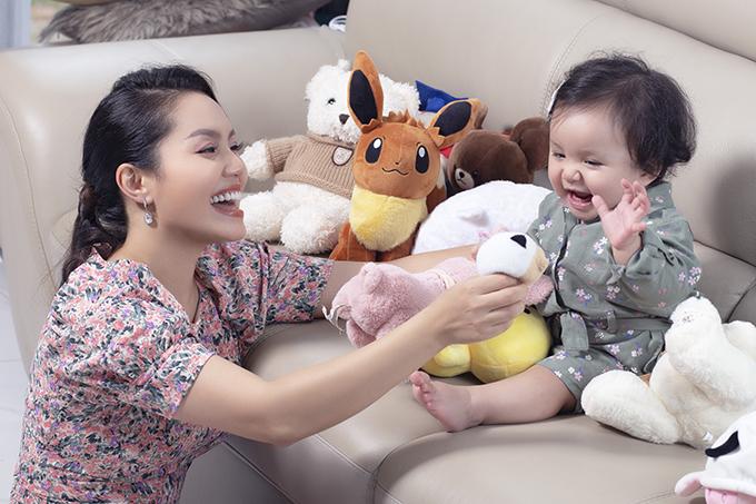 Từ ngày có con gái thứ hai, Nguyễn Ngọc Anh dành phần lớn thời gian ở nhà chăm con. Gia đình cô hiện sống trong một căn biệt thự rộng hàng trăm mét vuông tại ngoại thành Hà Nội.
