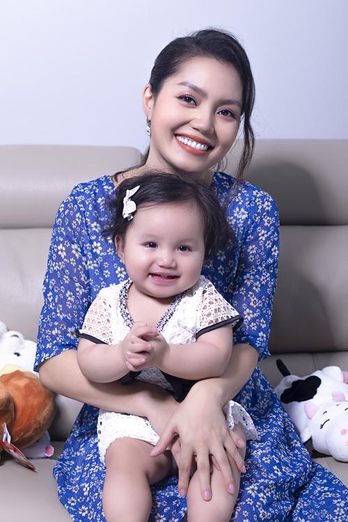Nguyễn Ngọc Anh cho biết, con gái thứ hai chưa đầy một tuổi nhưng đã biết thể hiện sự thích thú mỗi lần nghe mẹ hát. Chỉ cần nghe tiếng nhạc là cô bún nhún nhảy liên tục.