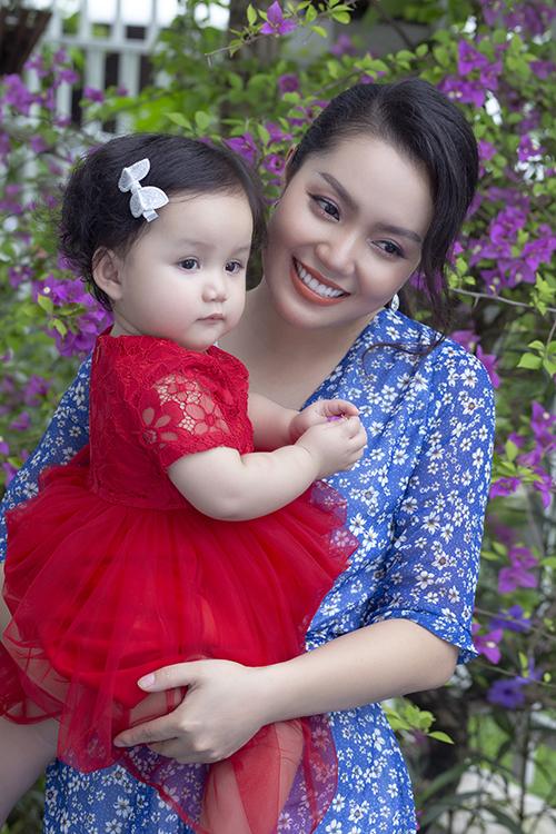 Bé Minh Anh, tên ở nhà MiA, là trái ngọt trong cuộc tình của ca sĩ Nguyễn Ngọc Anh và bạn trai kém tuổi Tô Minh Đức. Cô bé chào đời hôm 13/9 năm ngoái và hiện sắp tròn một tuổi.