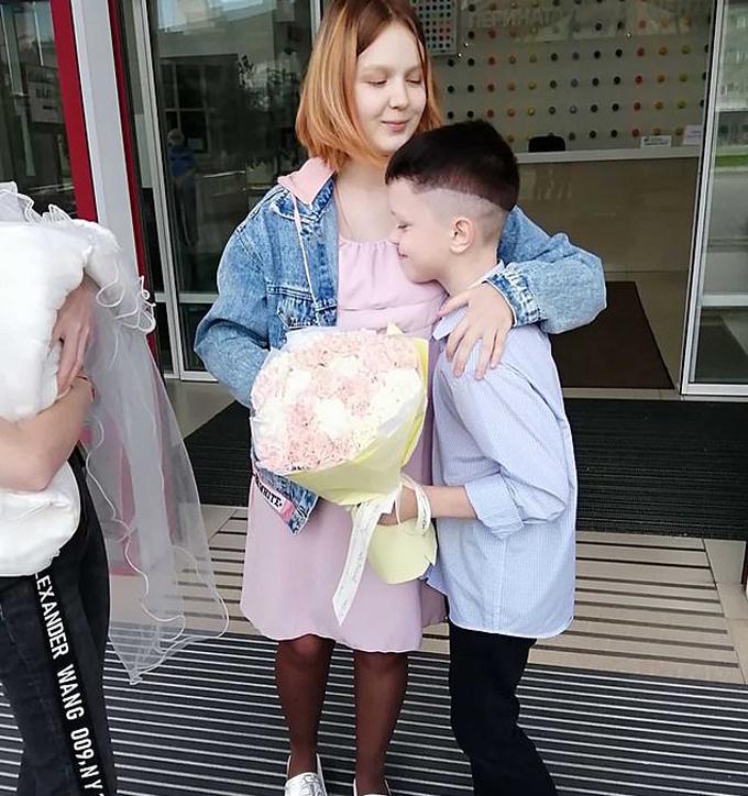 Ivan, hiện 11 tuổi, cầm hoa đến đón bạn gái hơn 3 tuổi tại bệnh viện sau khi cô bé sinh con. Ảnh: Instagram.